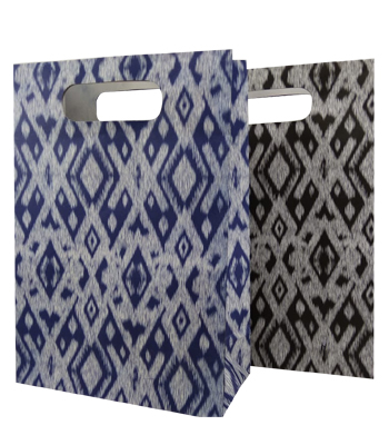 TAS KERTAS POND 3/G3 Tas Kertas dengan bahan Kraft Putih 125 gsm. Dengan motif design tenun. Terkesan klasik dan tradisional. Sangat menarik jika dibawa jalan-jalan. Tas Kertas yang menarik...